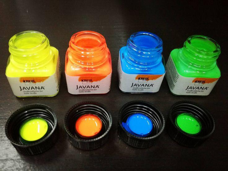"""Colori per tessuto fluorescenti JAVANA TEX FLASH   Gli speciali pigmenti contenuti nei colori neon fanno si che i colori, dopo essere stati esposti alla luce, risplendano al buio. Colori fluorescenti e brillanti che danno un tocco stravagante e """"caldo"""" alle vostre t-shirts e jeans.  • Lavabili fino a 60° • Vasetti da 20 e 60 ml • Giallo fluo, Arancio fluo, Verde fluo, Blu fluo"""