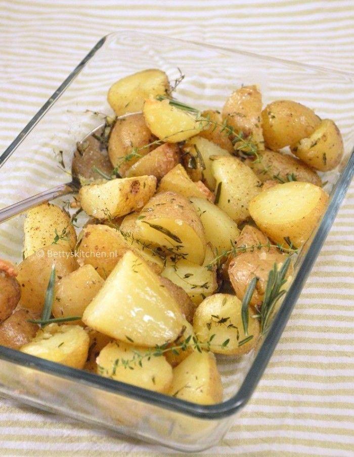 Gebakken aardappels met tijm, rozemarijn en zeezout. Heerlijk om te serveren met een gebakken kip of gebraden stuk vlees  (recept via link in bio)