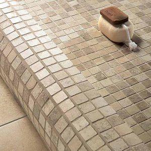 keramische mozaïek als afwerking van de ronde douche boord
