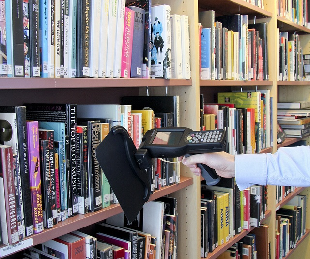 Nordic ID Merlin HF RFID Blade swipes the books quickly in a library