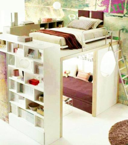 Feminino, este quarto de tons bordô conta com mobiliário integrado: cama e prateleiras ficam acima e, abaixo, uma sala com sofá.