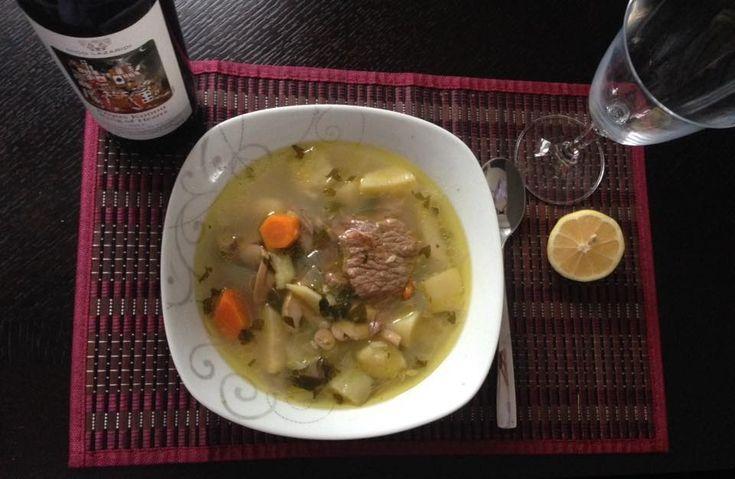 Σήμερα ένα δυναμωτικό φαγητό-φάρμακο για μεγάλους και παιδιά. Σούπα μοσχάρι Υλικά 4-5 μερίδες μοσχάρι ποντίκι ή και όχι 1 κρεμμύδι 3 καρότα 2 κολοκυθάκια 2 πατάτες 3 φρέσκα μανιτάρια 1 σκελίδα σκόρδο Λίγο μαιντανό Λίγο σέλινο Αλάτι Πιπέρι Μισή κούπα λευκό κρασί 1 λεμόνι Ελαιόλαδο Εκτέλεση Βράζουμε και ξαφρίζουμε το μοσχάρι για 25 περίπου λεπτά …