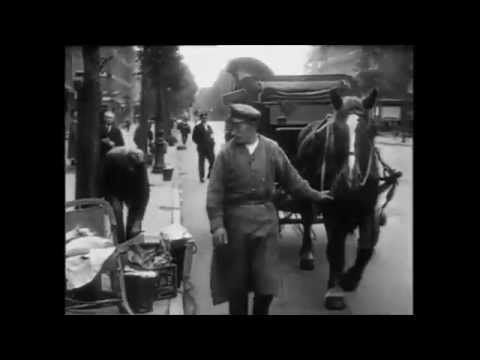 Amsterdam<br />1926: Huisvuilinzameling te Amsterdam | De hoofdfilm van vandaag gaat over de belangrijkste mensen uit de stad. Werken zij een dag niet dan zit u met stinkend afval!. 1926: Huisvuilinzameling te Amsterdam - oude filmbeelden