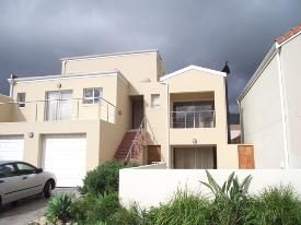This freestanding home situated in Harbour Island has 3 bedrooms, 2 bathrooms and open plan living area, double garage & a splash pool. There is also a flatlet & a low maintenance garden.