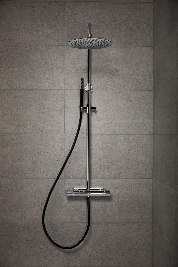Takduschen MIST med svart duschslang och stavhanddusch med duschblandare med Mora technology.