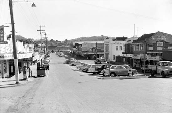 View north along Currie Street towards the Royal Hotel, Nambour, 1960 [picture]