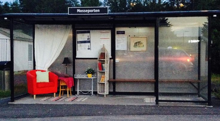 Her har noen lagt til rette for en hyggelig stund mens man venter på neste bussavgang.