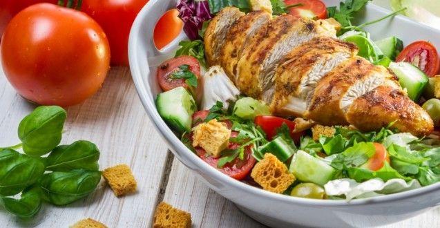 Miešaný zeleninový šalát s grilovanými kuracími prsiami