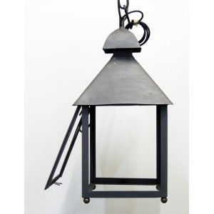Lanterna in ferro battuto realizzata a mano, detta da casale, utilizzabile da appendere o da appoggio.