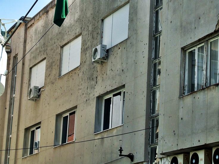 Mostar - pozostałości po walkach widać na każdym kroku