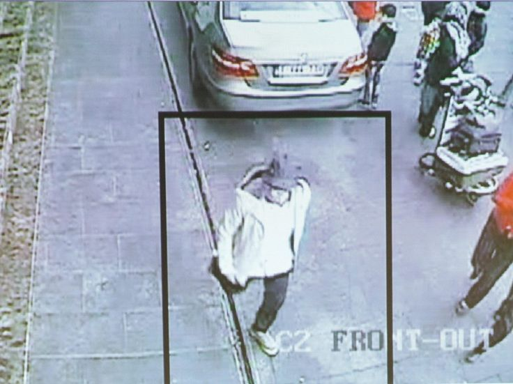 Polisi Belgia rilis foto tersangka bom Brussels saat kabur  BRUSSELS (Arrahmah.com) - Kepolisian Belgia merilis foto-foto pria bertopi yang masih diburu terkait ledakan bom Brussels Belgia.  Tersangka yang identitasnya belum diketahui tersebut diketahui kabur dari bandara Brussels yang menjadi lokasi dua ledakan pada 22 Maret lalu lansir CNN (8/4/2016).  Dari rekaman CCTV diketahui tersangka kabur dengan berjalan kaki. Pria bertopi tersebut berusaha menjauhi lokasi dan berjalan ke arah…