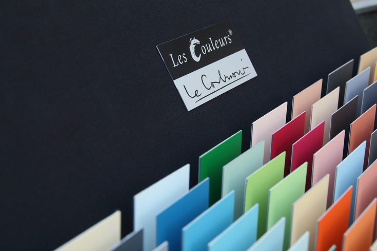 The elegant textile-covered Les Couleurs® Le Corbusier sample box contains the whole Architectural Polychomy by Le Corbusier on 63 cards, which are finished with the original powder coating by IGP and feature the same special matt metal characteristics.