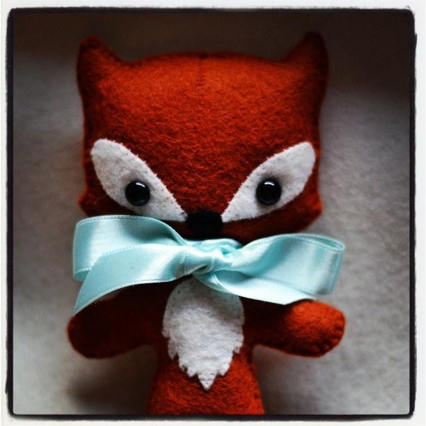 D'après un patron trouvé ici : http://www.etsy.com/listing/127264085/tag-along-fox-pdf-pattern-instant?ref=shop_home_active