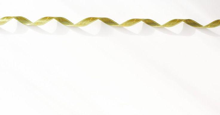 Como fazer arcos de cabelo com fitas Korker. Faça uma coleção de fitas korker de todas as cores para combinar com cada roupa do armário de sua filha ou faça para você mesma usar e mostrar sua criança interior. Estes extravagantes arcos (também conhecidos como diademas) de cabelo são ótimos presentes de moda e beleza para meninas. Você poderá usar fitas coloridas para os acessórios, fazer ...
