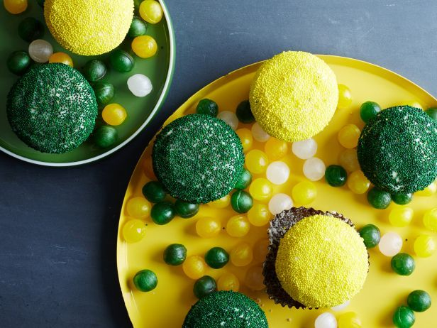 Green Bay Packers : For Packers fans, white-frosted cupcakes are a perfect canvas for green and yellow nonpareil sprinkles. Unwrapped candy sour balls make a festive display base on color-coordinated trays.