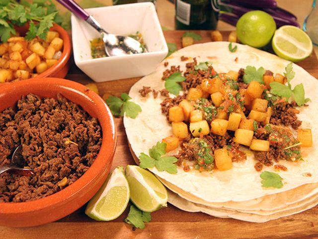 Hemkryddad tacos med stekt ananas och hemgjord sala (kock Tommy Myllymäki)