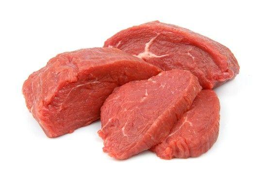 Carne. Fornisce vitamina K in quantità inferiore rispetto agli ortaggi e ai legumi. Quindi possiamo consumarla con moderazione come raccomandano gli esperti: quella bovina una volta la settimana, il pollame due volte la settimana.
