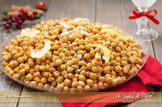Gli struffoli napoletani tipici dolcetti che si preparano a Napoli per Natale. Palline fritte ricoperte di miele e confettini. Ricetta napoletana originale