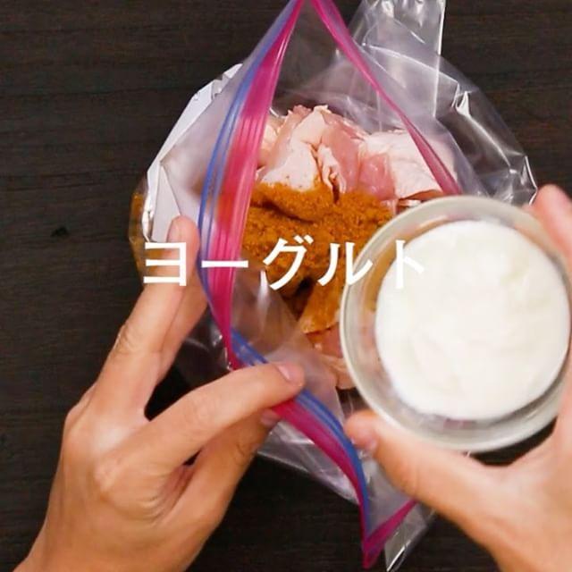Japanese curry chicken   2stepで簡単にタンドリーチキンができちゃう! おうちでも簡単に本格インド料理が楽しめるお手軽タンドリーチキンはいかがですか? お店の味顔負けですよ♪ . .レシピ詳細 超簡単!2stepでお店の味タンドリーチキン♪ レシピ by かおチャンさん . ●材料 ・鶏もも肉 1枚 . ☆プレーンヨーグルト 大さじ3 ☆ケチャップ 大さじ2 ☆カレー粉・醤油 各大さじ1 ☆にんにくチューブ 小さじ1/2 ☆しょうがチューブ 小さじ1/2 ☆砂糖 小さじ1 . ●作り方 ①1step ビニール袋などに1口大に切った鶏もも肉と、☆を加え揉みこみ30分おく。 . ②2step トースターorフライパンで、焼き色がつくまで焼いたら完成♪