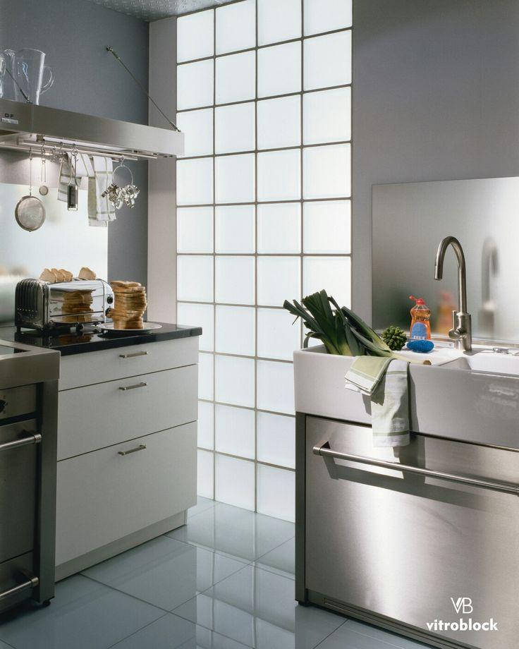 COCINAS MÁS ILUMINADAS! Aplicá el ladrillo de vidrio Liso Satinado en tu cocina para hacer de ella un espacio más moderno, agradable e iluminado.  . . #Vitroblock #Arquitectura #DecoHogar #Deco #Hogar #DiseñoDeInteriores #Decoración #Obras