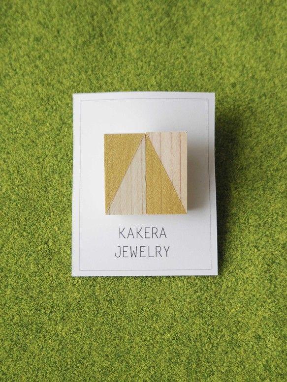木製に金が塗ってあるブローチです。三角形がアクセントになるナチュラルなアクセサリーになっています。|ハンドメイド、手作り、手仕事品の通販・販売・購入ならCreema。