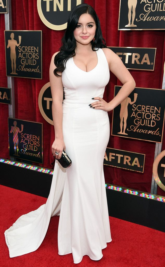 2015: Ariel Winter is wearing a white Zac Posen gown. Ariel is a beautiful girl. I love Modern Family! The dress fits her perfectly. Stunning in white!