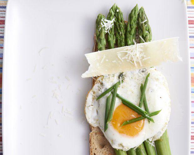Szparagi na grzance z jajkiem i parmezanem