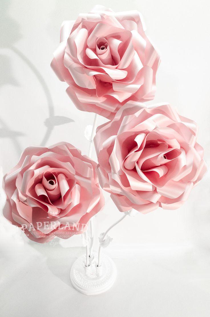 Ростовой цветок, состоящий трех больших бумажных роз на стеблях с листьями и изысканной подставки. Самый высокий цветок достигает 2 метров. Аренда и продажа