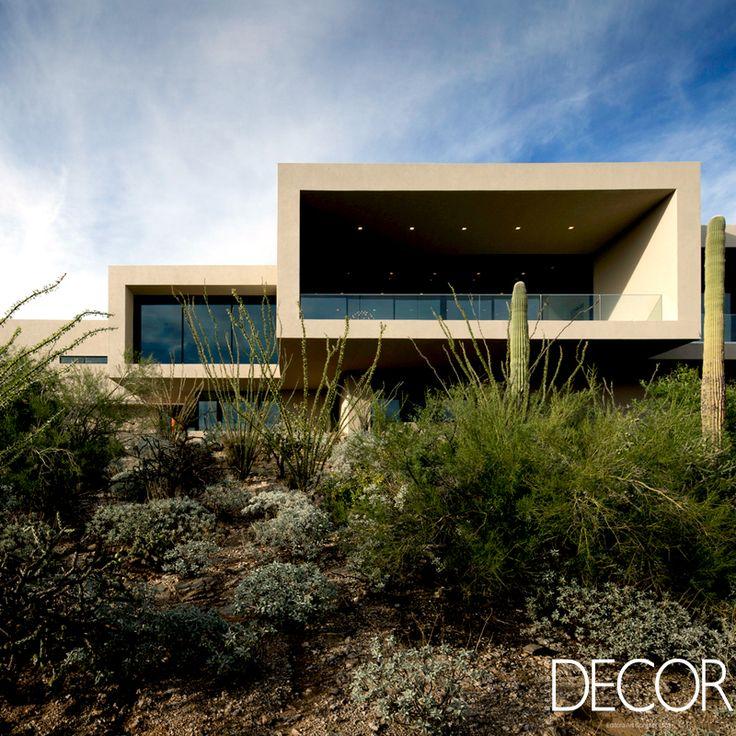Moderna e minimalista, residência Sabino Springs está situada no deserto de Sonora, em Tucson, nos Estados Unidos. Assinada pelo escritório de arquitetura Kevin B Howard Architects, a morada traz várias obras de arte espalhadas pelos seus ambientes.
