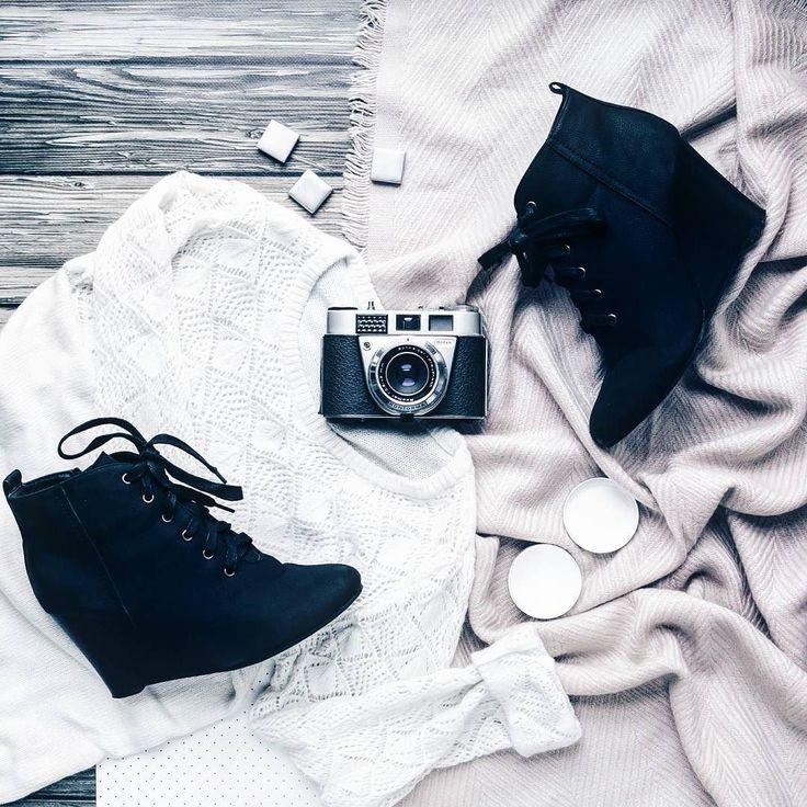 I w tym tygodniu mój weekend zaczyna się w piątek. Po 3 bardzo pracowitych dniach mam w planach tylko świetne towarzystwo i relaks  PS widzieliście już wpis o edycji zdjęcia wnętrza? Całość oczywiście na www.jestrudo.pl  Buziaki!  #flatlays #flatlay #flatlayforever #vscocam #Wood #background #vintage #camera #highheels #oldschool #oldschoolcamera #Pink #instamood #instagramer #instadaily #photooftheday #Insta #instapic