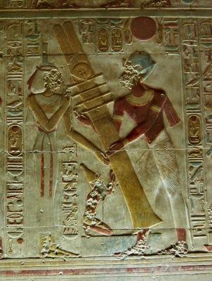 Sala de Osiris en el templo de Abydos - always seems to function at an angle, note the split feather top, similar to headdress