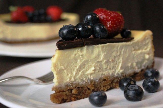 La cheesecake è una vera gioia per il palato. Questa ricetta é spettacolare: cremosa, golosa, con un tocco di cioccolato... non si