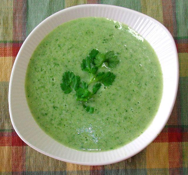 En esta rica sopa cremosa el cilantro juega el papel estelar, apoyado por la papa, la crema, el caldo de pollo y un poco de cebolla.