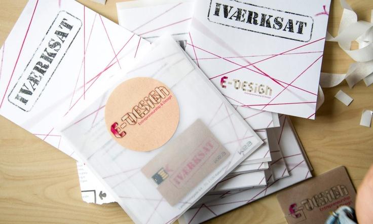 Kuverterne som skulle sendes ud til virksomhederne med en folder og matchende USB stik i.