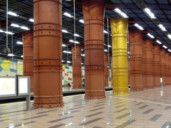 Lisboa, Portugal  A estação Olaias, em Lisboa (Portugal), impressiona pela quantidade de elementos e cores. Projetada pelo arquiteto Tomás T...