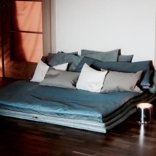 HIS: Этот диван-трансформер имеет несколько способов применения. Он легко передвигается с одного места на другое. У него нет правил применения.  Диван легко и быстро меняет свою форму.  Он может служить как один целый напольный диван, также из него легко сделать кресла. А сами матрасы по отдельности могут использоваться для сна. - цвет: серо- желтый - материал: лен - наполнитель: ватин - чехлы не съемные  - 8 подушек, 40x70