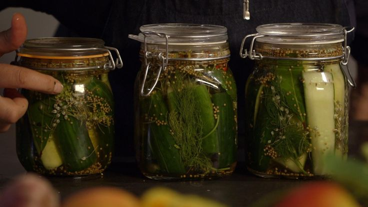 Het voorgerecht geweckte zoetzure komkommer komt uit het programma Koken met van Boven. Lees hier het hele recept en maak zelf heerlijke geweckte zoetzure komkommer.
