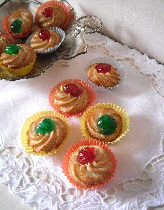 I pasticcini di pasta di mandorle sono i classici biscottini adatti per una buona tazza di the, si possono però gustare sempre,l'uno tira l'altro.