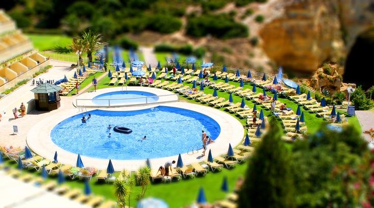 Piscina del hotel en Algarve. Portugal.