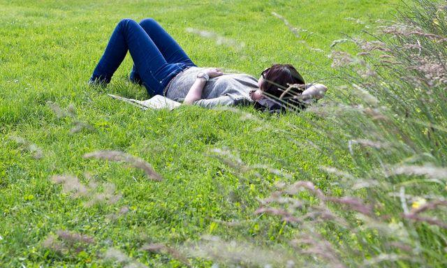 Wer an der Arbeit Stress hat, schläft nachts schlechter: Eine Frau ruht sich im Botanischen Garten in Genf aus. (2. Juni 2013)