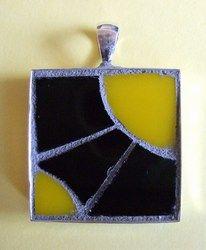 mozaiek 149, hanger, paars en geel glas, euro 10,-, 26 x 26 mm