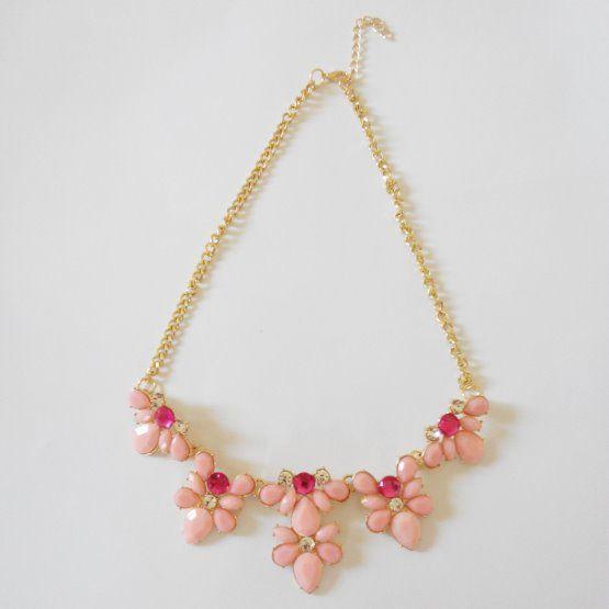 růžový náhrdelník s květinami