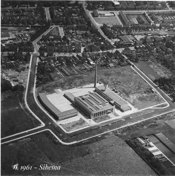 """1961 - Maastricht. Sibemaweg. Zuid Oosten. Luchtopname. Vanuit het Noord Westen. """"Sibema"""" zuivelfabriek."""