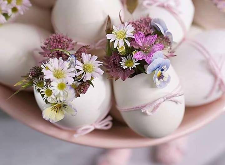 Virágok, tojásháj vázákban