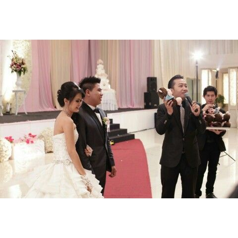 throwing gift.  captured by @classicphotoworks #teguhmc #mcwedding #weddingmc #wo #wobandung #weddingorganizer #classicmgt #l4l #f4f #weddingplanner #weddinghost #host #wedding