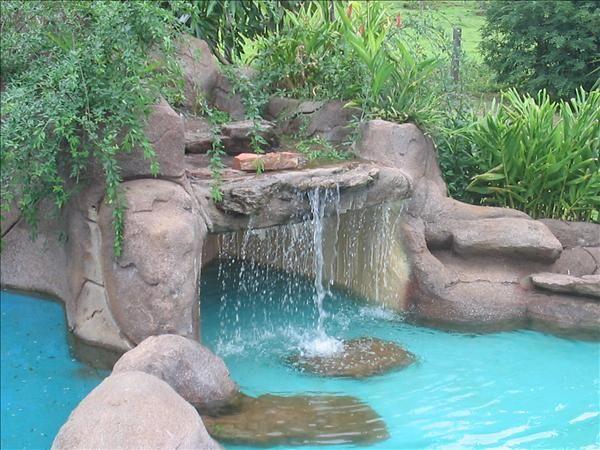 Fuentes para piscinas buscar con google piscina for Cascadas artificiales de agua para piscinas