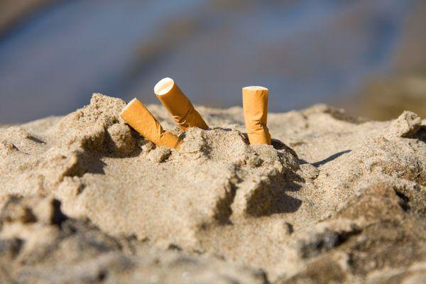"""Het wordt voor rokers steeds moeilijker om een plekje te vinden waar nog gerookt mag worden. Op het Waddeneiland Terschelling is roken nu ook buiten verboden. Dat meldt De Telegraaf. De gemeente Terschelling heeft roken in de buitenlucht verboden. De Stichting Rokersbestrijding Nederland begrijpt die beslissing. """"Dit is een logische stap"""", vindt woordvoerder Okke Stamel van de Stichting Rokersbestrijding Nederland. [...]"""