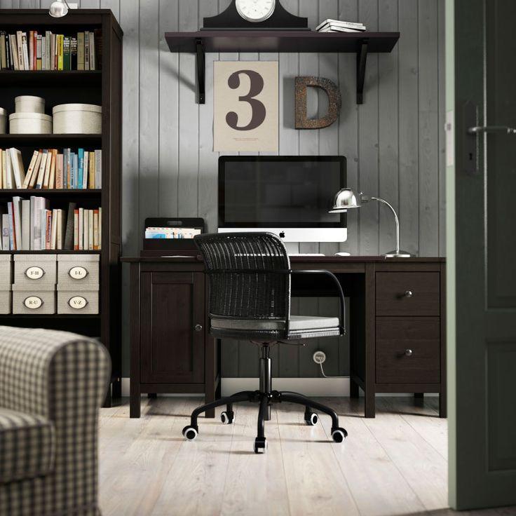 Ruskeasävyinen työtila, jossa HEMNES-pöytä ja -kirjahylly sekä musta GREGOR-tuoli.
