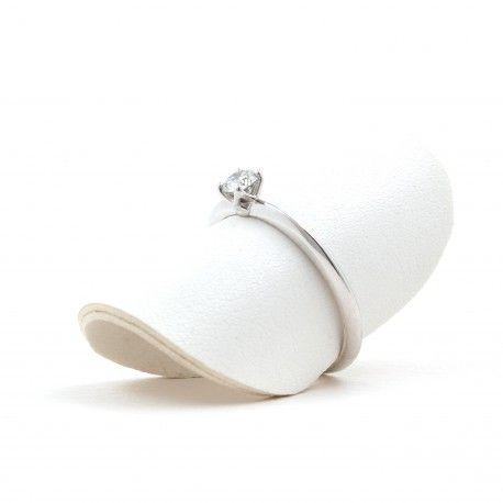 Enamora! Perfecto anillo de pedida de mano! Este anillo está hecho en oro blanco de 18 kilates con un diamante de 0,22kts. alicante joyeria marga mira | anillos de compromiso diamante | anillos de compromiso precio | anillos de compromiso alicante | anillos de compromiso oro blanco | joyeriamargamira.com/content/10-anillos-compromiso-alicante | #joyerias #alicante #anillos #wedding #ring #gold #oro #alacant #costablanca #jewellery #diamonds #style #luxury # bodas | https://goo.gl/B7Svro