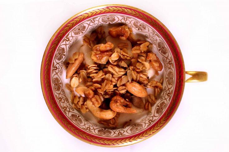500 gram havermoutvlokken (geen de meest fijngemalen, maar de hele vlokken geven de beste textuur) 5 eetlepels neutrale olie 5 eetlepels ahornsiroop (of honing of agavesiroop) 200 gram gemengde noten 50 gram pitten (pompoenpitten, zonnebloempitten, ..)